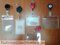 Credenciales con toma de fotos, accesorios y cintas con logotipos